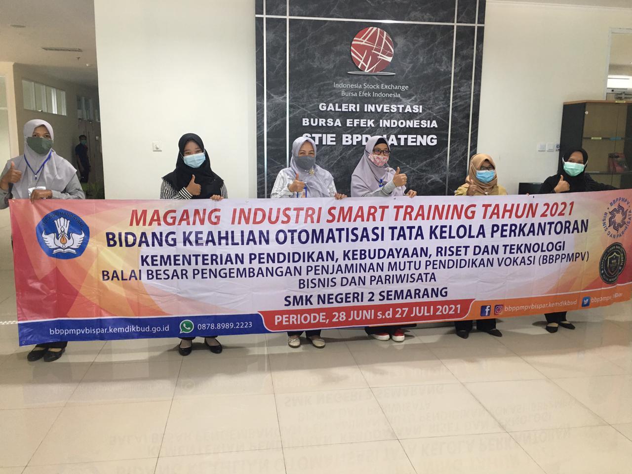 Ketua STIE Dr.E. Siti Puryandani,SE,M.Si dan Wakil Ketua II Dr. Grace Tianna Solovida,SE,M.Si,Akt Foto Bersama Guru SMK Program Magang Industri Smart Training tahun 2021.